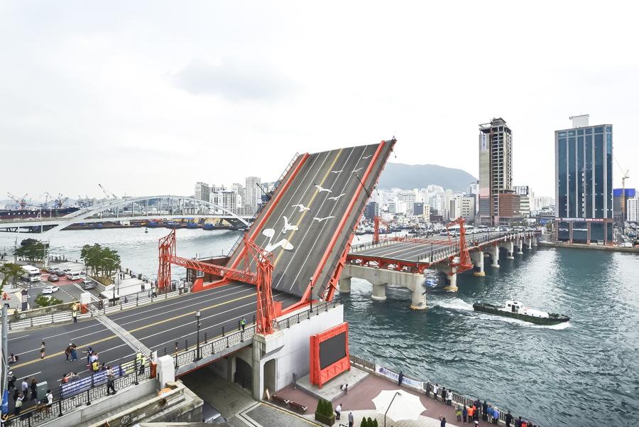 Busan Itinerary 5 Days (South Korea) | What to do in Busan Day 5 - Yeongdodaegyo Bridge | #BusanItinerary #Busan #Korea #AsiaTravel #KoreaTravel #ThingstoDo #Yeongdo #YeongdodaegyoBridge