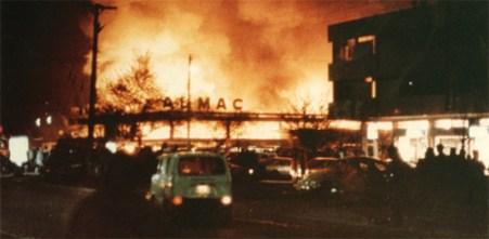 Incendio del Almac de Apoquindo con Manquehue, en 1985 (Foto: Revista Cosas)