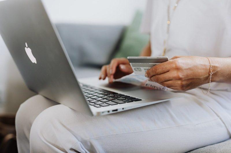 Persona comprando en el Cyber Monday Chile 2021