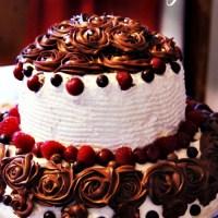 Tort najlepszy z wisniami, malinami i frostingiem czekoladowym