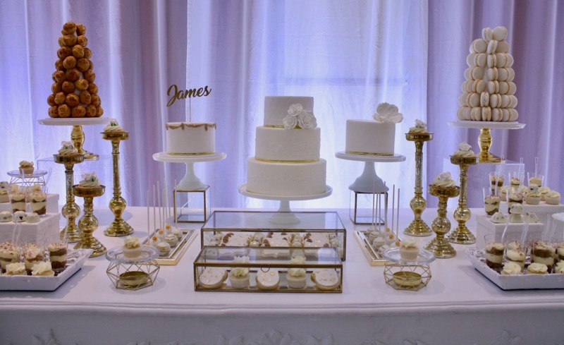 (English) Romantic White and Gold Wedding Sweet Table