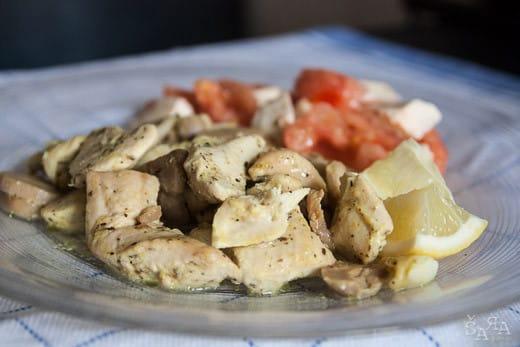 Peito de frango no forno com alho e limão