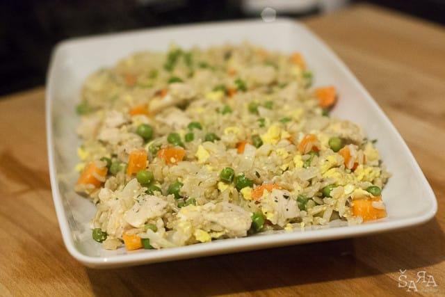 Arroz salteado com frango e legumes