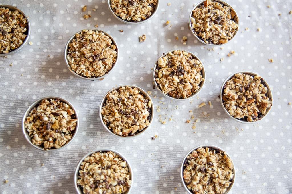 Muffins de aveia e trigo sarraceno em formas