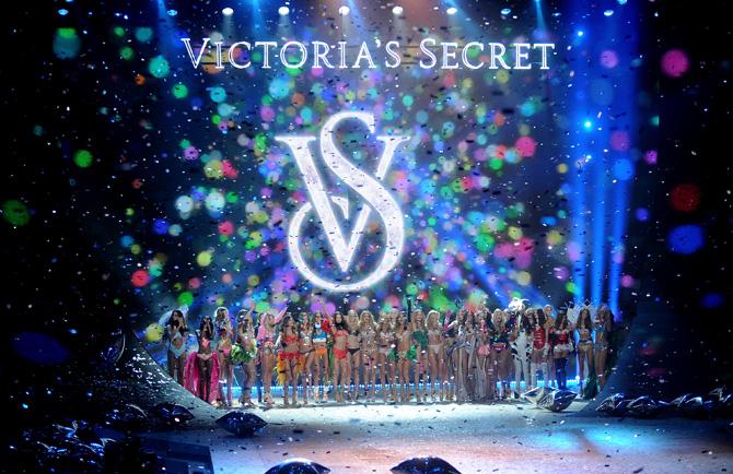 Victoria´s Secret desfile navideño 2012-Rihanna hace sus pinitos como angel (1/6)