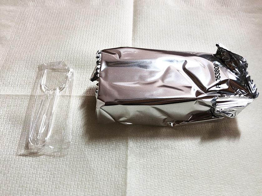銀色の袋入りスプーン付き