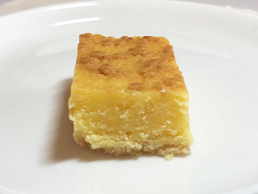 『ファミマカフェ&スィーツ』の「三重県産マイヤーレモンのチーズケーキ」の断面