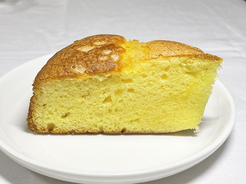 『札幌パリ』の「レモンシュガーケーキ」の外観、角度を変えて