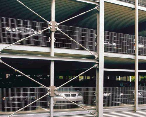 Rys.1. Parking wielopziomowy o konstrukcji stalowej . Widok z zewnątrz