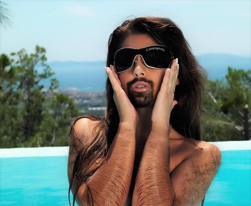 Woman with a Beard in Pool 76689 - 女性による男性ホルモンケアって何?
