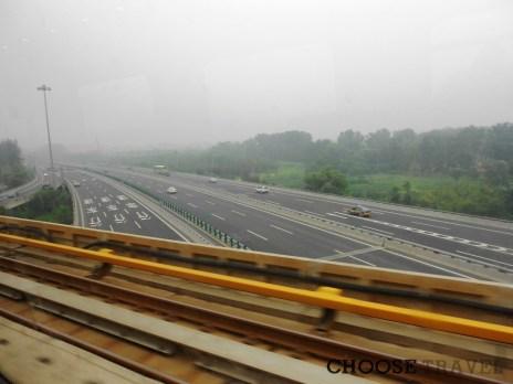 Smog pod drodze z lotniska w Pekinie do centrum miasta, Chiny