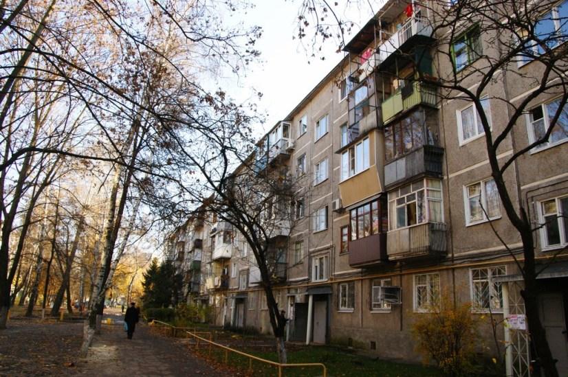 Klasyczna sowiecka zabudowa z balkonowymi dobudówkami.
