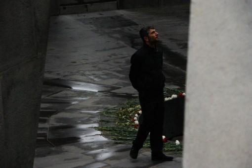Mężczyzna spacerujący wokół pomnika upamiętniającego wymordowanych Ormian.