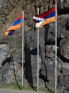 Pogranicze ormiańsko-karabaskie z powiewającymi flagami obu republik