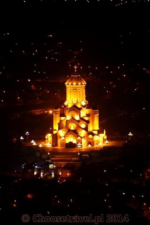 Katedra Świętej Trójcy (Tsminda Sameba) w Tbilisi nocą. Widok ze Świętej Góry