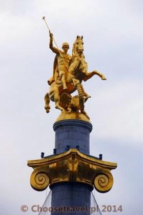 Pomnik św. Jerzego zabijającego smoka na Placu Wolności w Tbilisi. Święty Jerzy jest patronem Gruzji.