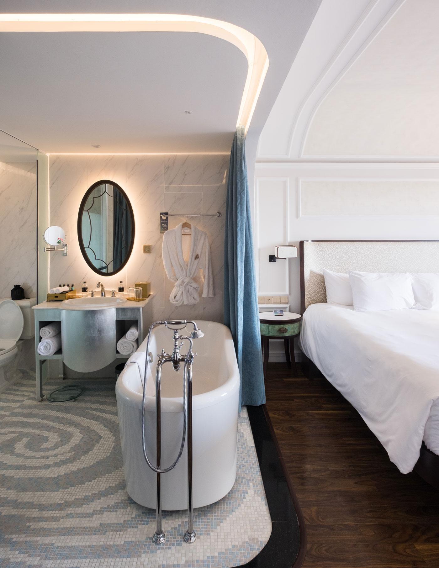 Hotel Royal Hoi An bathroom