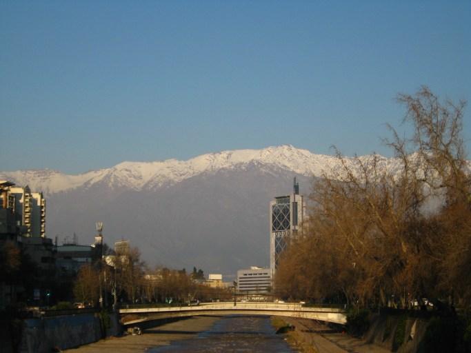 La cordillera de los andes embellece la ciudad de Santiago.
