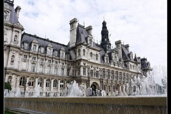 (歐洲) 法國巴黎市政廳Hôtel de Ville與廣場上大型園藝創作(猜猜看這是甚麼?)