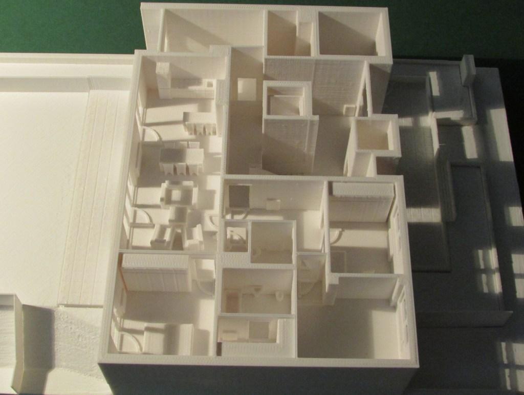 3D-gedrucktes EG eines kleinen Wohnhauses zur Veranschaulichung der unterschiedlichen Niveaus bei diesem Projekt