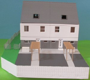 """Ein zerlegbares Modell zweier Reihenhäuser der Wohnanlage """"Schönau a.d. Triesting"""""""
