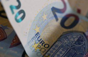 L'indice des prix à la consommation (IPC) est resté stable en octobre sur un mois, après un repli de 0,3% en septembre, selon les résultats définitifs publiés jeudi par l'Insee. /Photo d'archives/REUTERS/Régis Duvignau