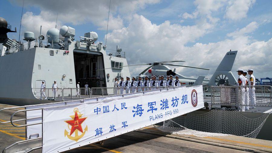 La frégate lance-missiles chinoise Weifang au port de Mombasa, au Kenya, le 8 décembre 2019.  (Xinhua/Li Yan)