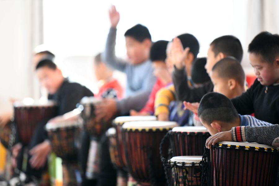 Des élèves d'un école de formation spéciale participent à un cours de musique à Mudanjiang, dans la province chinoise du Heilongjiang (nord-est), le 27 novembre 2019. (Photo : Wang Jianwei)