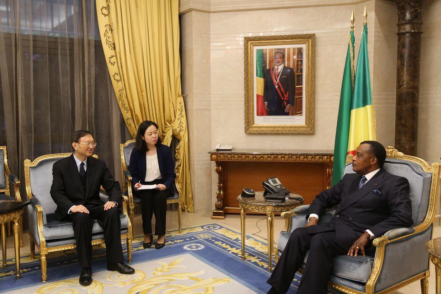Yang Jiechi (à gauche), membre du Bureau politique du Comité central du Parti communiste chinois (PCC) et directeur du Bureau de la Commission centrale pour les affaires étrangères, rencontre le 19 décembre 2019 le président de la République du Congo, Denis Sassou Nguesso, à Brazzaville, capitale de la République du Congo. (Xinhua/Wang Songyu)