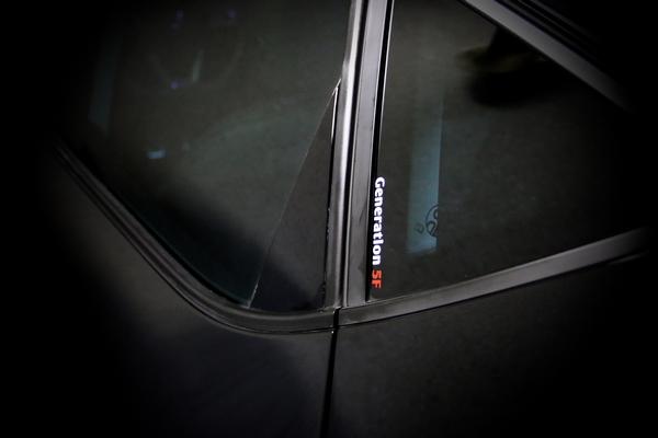 """Sticker """"Generation 5F"""" auf dem kleinen Dreiecksfenster eines SEAT LEON 5F"""