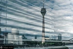 Rheinturm Düsseldorf spiegelt sich