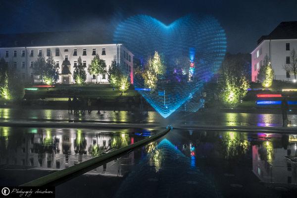 Hässlicher Wasserschlauch macht als Eckenläufer dennoch das Bild interessant - Herbstlichtgarten im Sauerlandpark Hemer