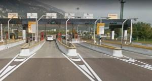Bei Abfahrt auf der italienischen Autobahn (Spur wählen und ezahlen)