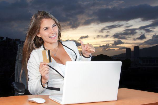 Eine Frau freut sich über einen Kredit