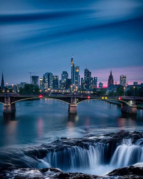 Frankfurter Skyline mit Wasserfall