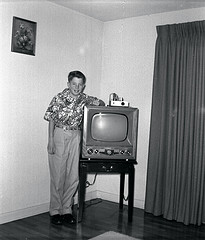 Early 1950s Television Set on flicker.com by gbaku via a Creative Commons Attribution-ShareAlike license.