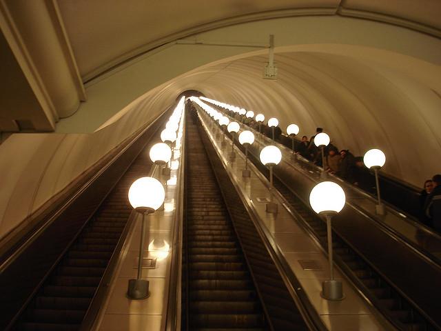 Escadas rolantes intermináveis do metrô em Moscou on flickr.com by swperman via a Creative Commons Attribution-Non-commercial-Share Alike License