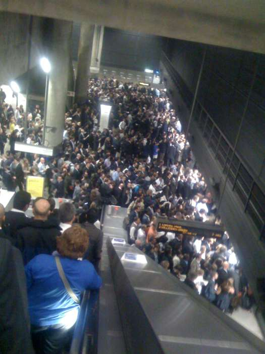 Tube Strike crowds at Canary Wharf Underground Station (Twitter user @hey_dahl)
