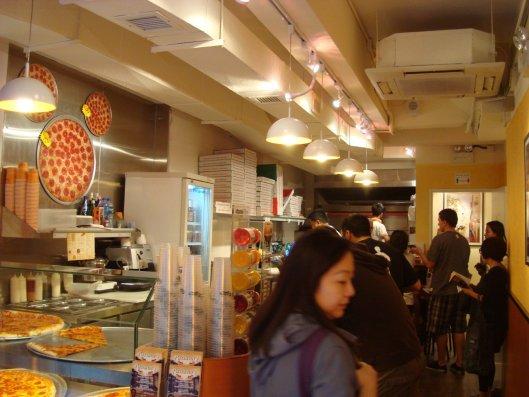 裡面也是排滿了人,左上角還有個Pizza米奇Logo?