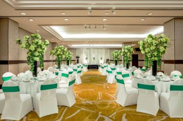 Interior-Photography-Holiday-Inn-Atrium-Hotel-Singapore-Seletar-Ballroom-Green-Wedding-Setup