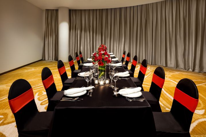 Interior-Photography-Holiday-Inn-Atrium-Hotel-Singapore-Sentosa-Meeting-Room-Red-Chairs-Setup