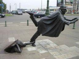 street-sculpture-policeman