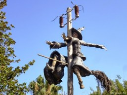 street-sculture-witch