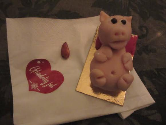 Almond Marzipan pig, almond and Gladelig jul sticker