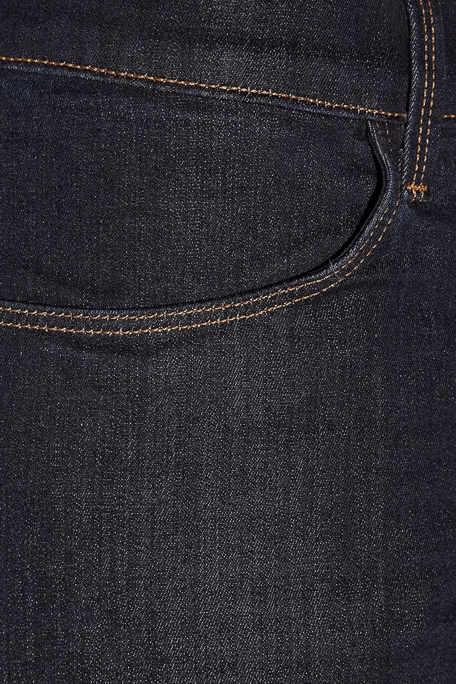 image Arborer le look de (Black Widow) Natasha Romanoff en jeans J Brand 24