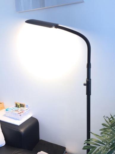 image test de la lampe sur pied à LED Aukey avec 3 modes d'éclairage 10