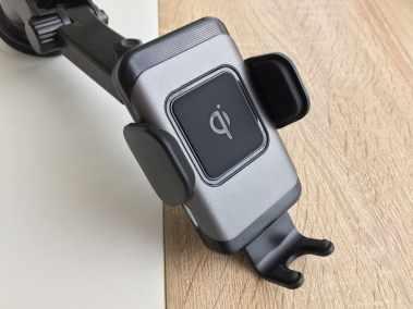 image Test d'un support de smartphone pour voiture avec chargeur sans fil 4