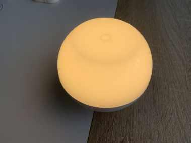 image Test de la lampe de chevet Aukey (RVB), rechargeable et étanche 7
