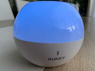 image Test de la lampe de chevet Aukey (RVB), rechargeable et étanche 15