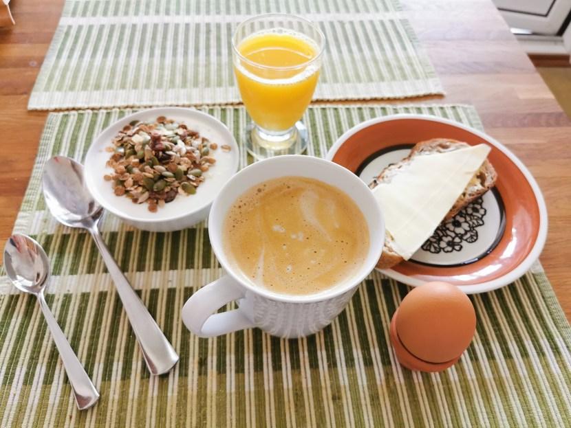 Frukost hemma med alla tillbehör
